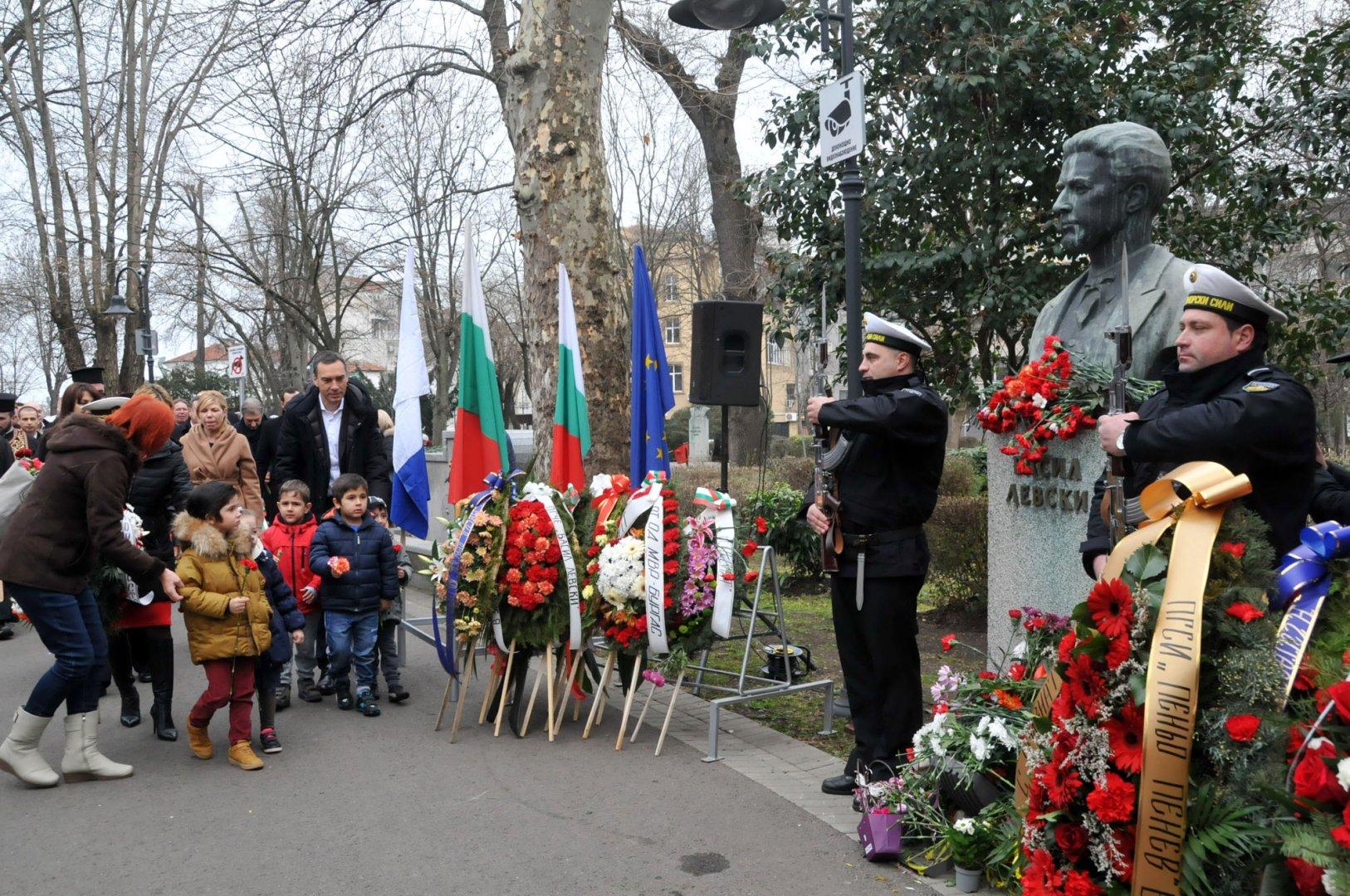 Бургазлии отдадоха почит пред паметника на Васил Левски в Морската градина по повод 147 години от гибелта на Апостола на свободата. Снимки Лина Главинова