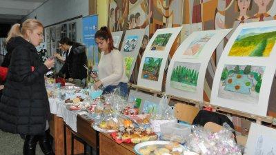 В Коледния благотворителен базар се включиха всички ученици от СУ Св. св. Кирил и Методий. Снимки Лина Главинова