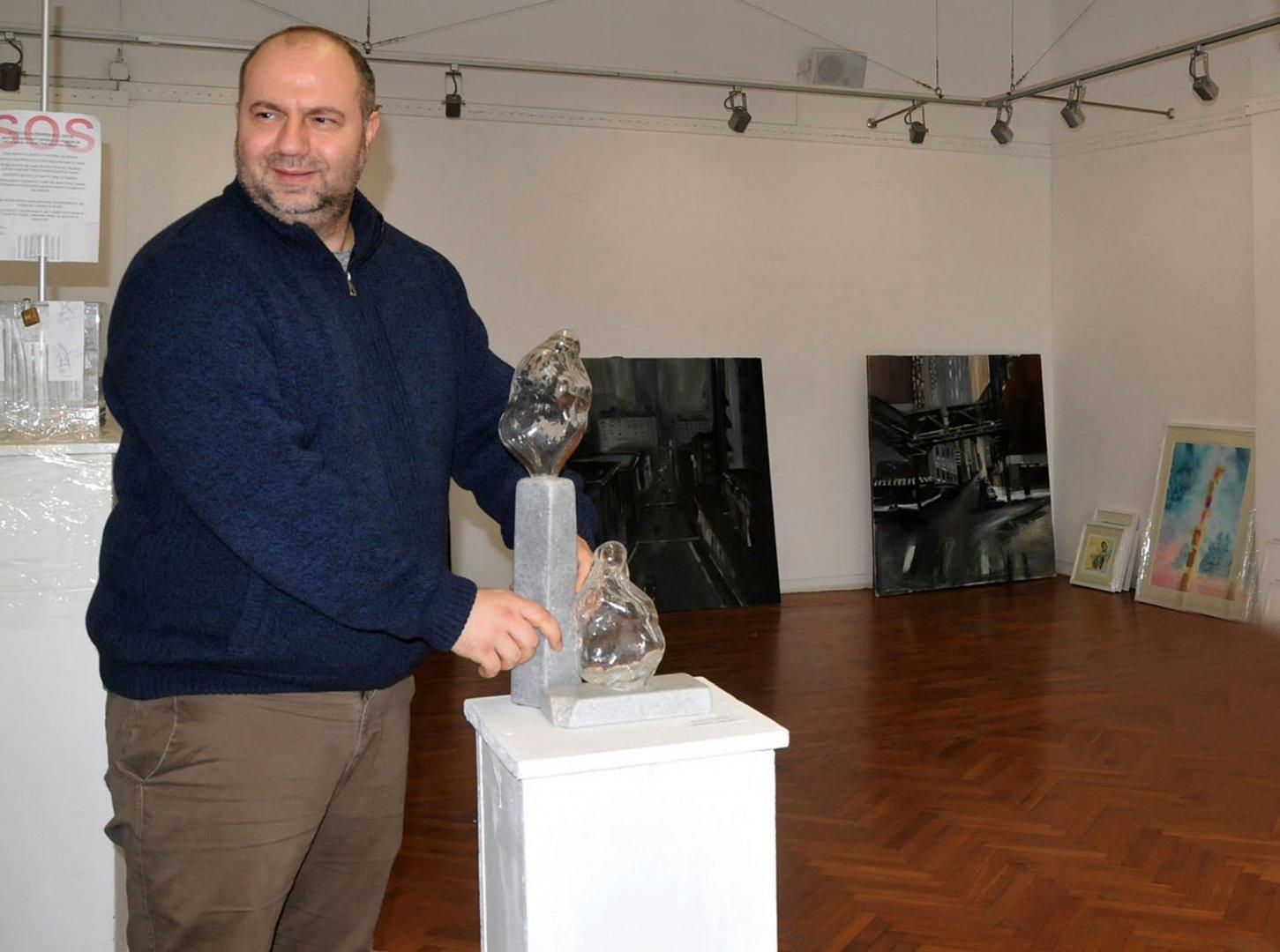 Вълкан Павлов за първи път участва в изложбата Млади автори. Снимки Лина Главинова
