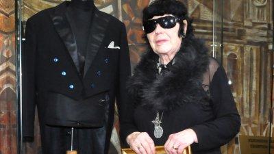 Радка Памукова дари фрака и палката на Емил Чакъров на музея. Снимка Лина Главинова