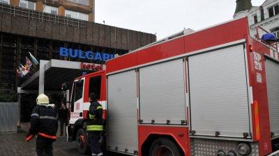 Пожарът в хотел България избурнал около 13.15 часа. Снимки Лина Главинова
