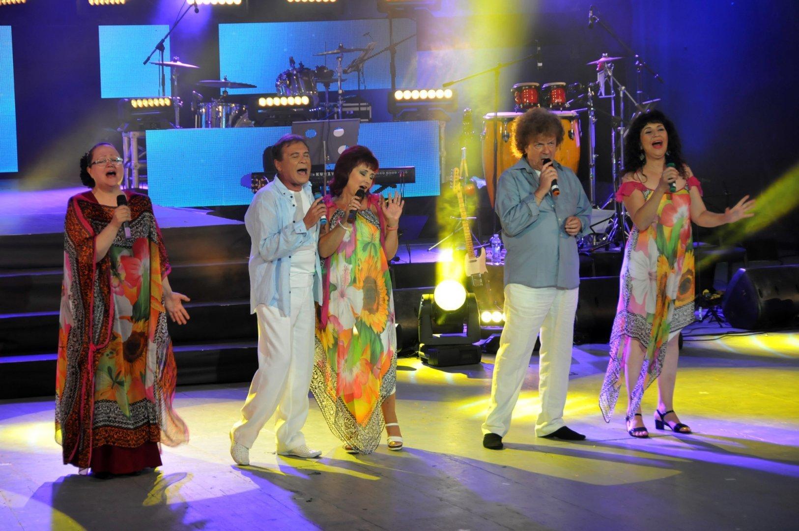 Ваня Костова (вляво) си отиде внезапно на 6 май. Сега колегите й от Тоника ще пеят в нейна памет. Снимка Архив Черноморие-бг