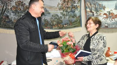 Председателят на дружество Странджа Стефан Колев поздрави доц. Василева. Снимки Лина Главинова