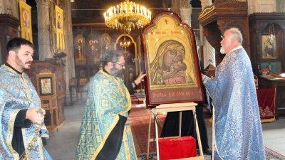Чудотворната икона на света Богородица Касперовская бе донесена днес в храм Св. св. Кирил и Методий в Бургас. Тя ще бъде изложена за поклонение до събота на обяд, 19-и октомври. Снимки Лина Главинова