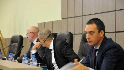Кметът на Бургас Димитър Николов (вдясно на снимката) се намеси в дебатите в ОбС. Снимка Лина Главинова