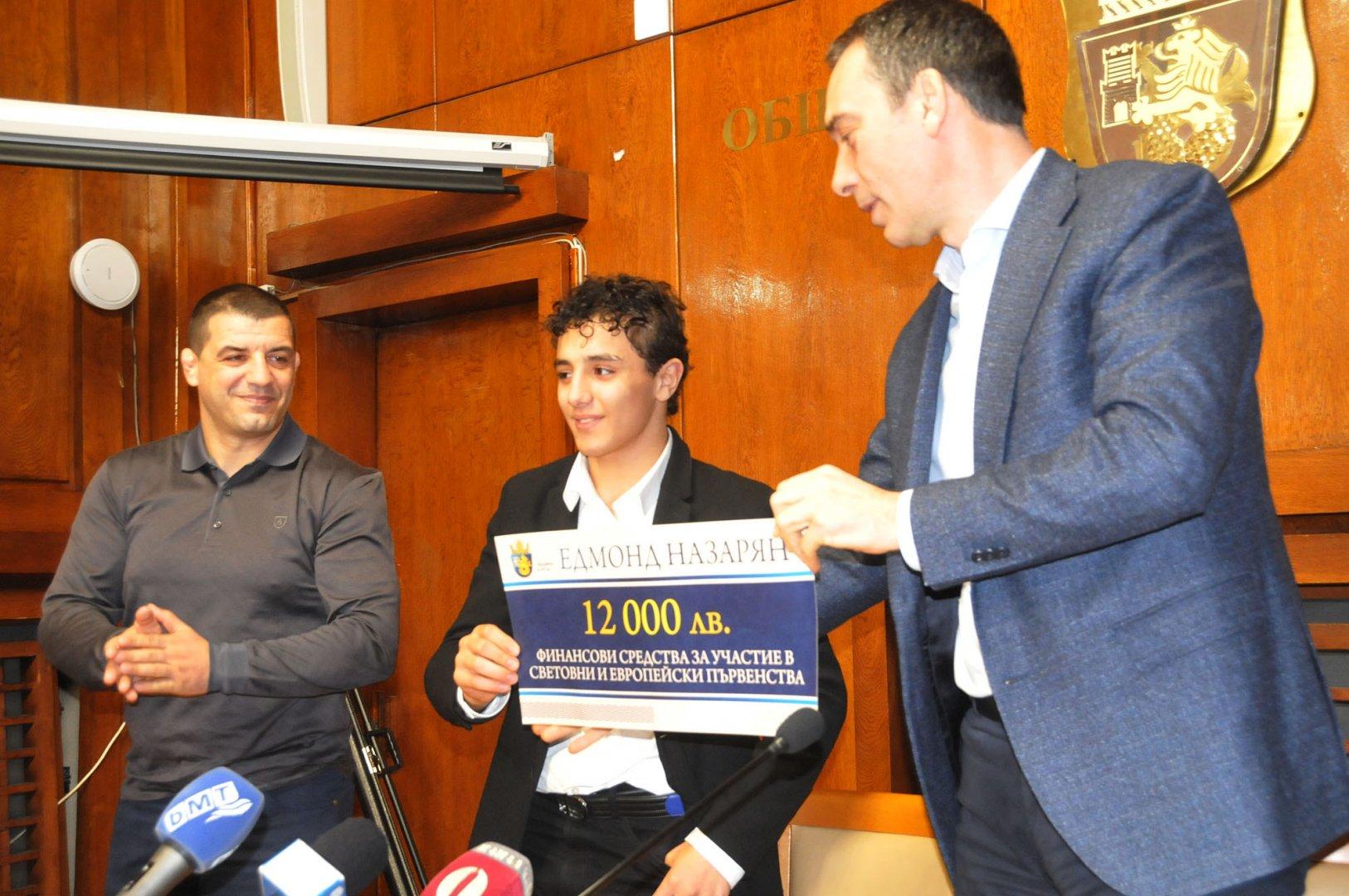 Едмонд Назарян получи финансова подкрепа в размер на 12 000 лева от Община Бургас за подготовката си. Снимки Лина Главинова