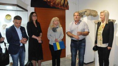 Милен Николов (вторият отдясно наляво) получи поздравление за докторантурата на откриването на Нощта на музеите. Снимка Архив Черноморие-бг