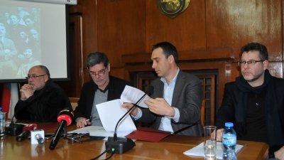 Кметът Димитър Николов и ректорът на НХА проф. Николай Драчев подписаха документите за провеждането на конкурса по рисуване. Снимки Лина Главинова