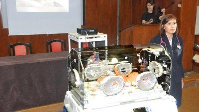 Д-р Тилияна Томова показа как се използва кувьоза за недоносените бебета. Снимки Лина Главинова