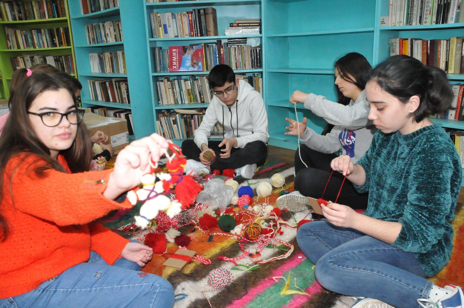Ученици от Млад предприемач от СУ Св. св. Кирил и Методий изработват мартеници за благотворителна кауза. Снимки Лина Главинова