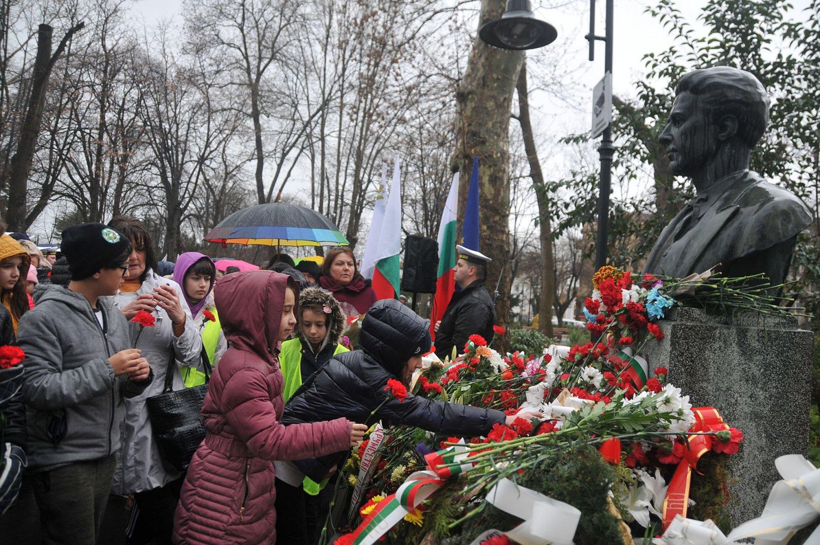 Стотици бургазлии положиха цветя на паметника на Васил Левски по повод 145 години от обесването му. Снимка Лина Главинова
