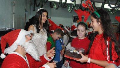 Дядо Коледа и Снежанка раздадоха подаръци на наградените. Снимки Лина Главинова
