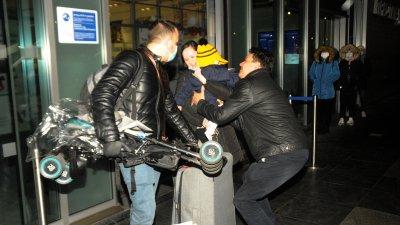 Близки на нашите сънародници ги очакваха на летището. Снимки Лина Главинова