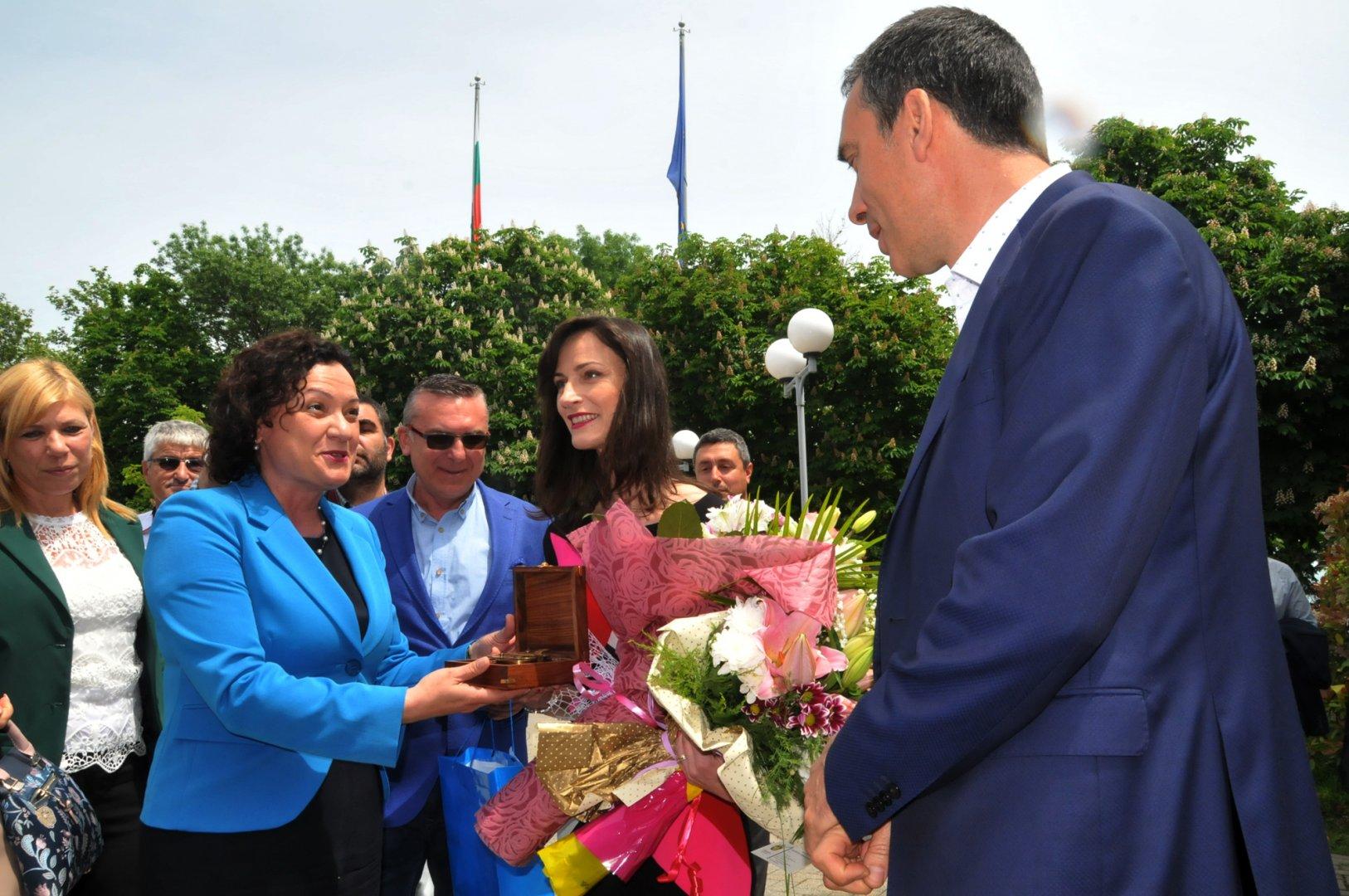 Срещата на Мария Габриел в Бургас съвпадна с рождения й ден. Снимки Лина Главинова