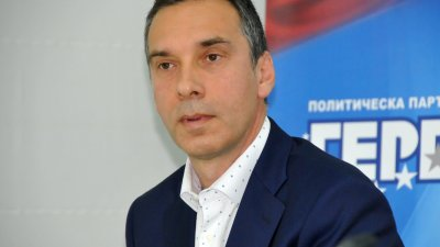 Движение Гергьовден подкрепя кандидат-кмета на ГЕРБ Димитър Николов на местния вот. Снимка Лина Главинова