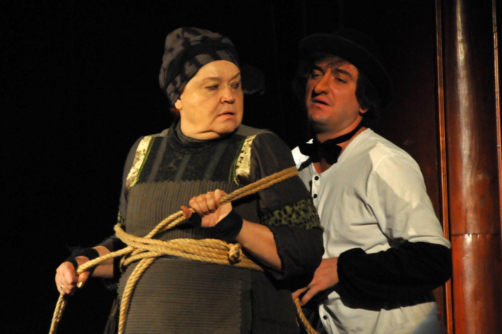 Димитрина Тенева влиза в образа на свекървата в едноименната постановка. Снимки Лина Главинова