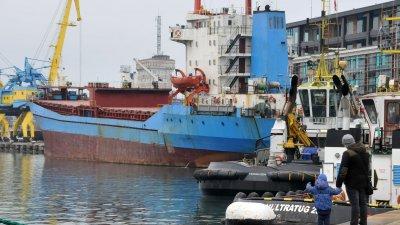 Либийският танкер ще остане в бургаското пристанище до сертифициране на документите му за плаване. Снимка Лина Главинова