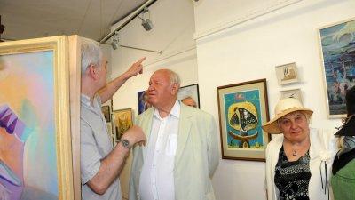 Бургаският художник (в средата) е избрал кои картини да покаже. Снимка Архив Черноморие-бг