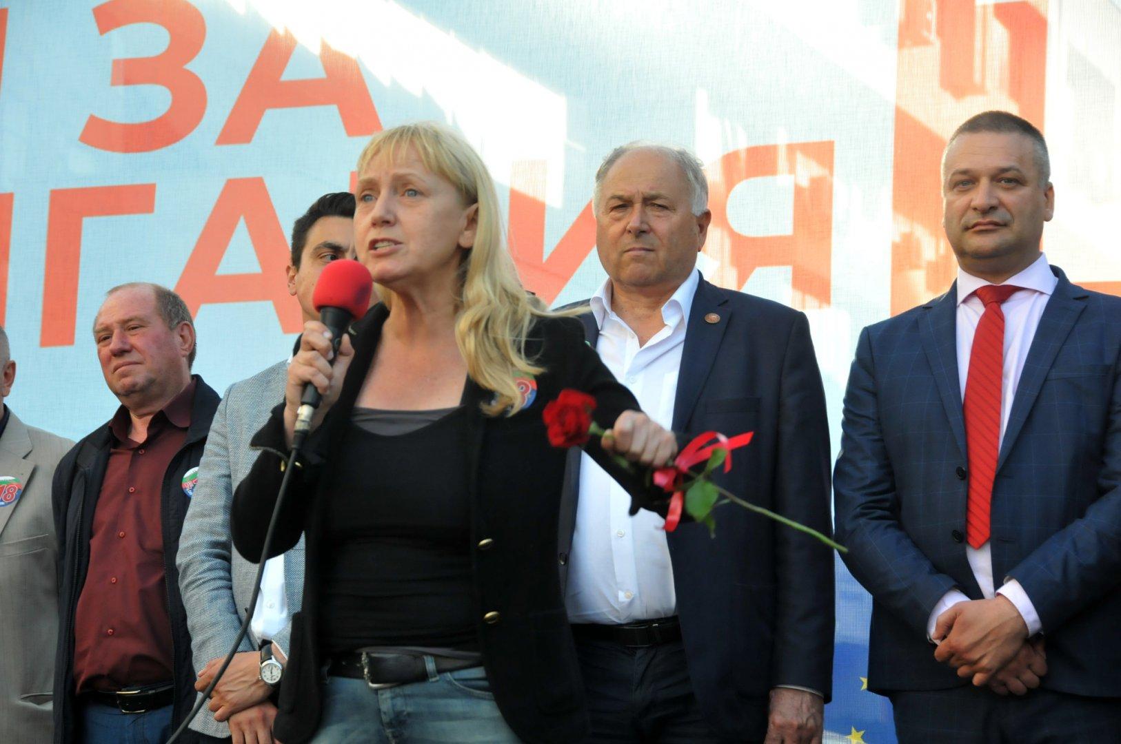 Водачът на листата на БСП за България Елена Йончева участва в митинг - концерта в Бургас. Снимки Лина Главинова