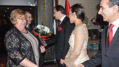 Близо час генералният консул на Турция в Бургас Ниязи Аврен Акйол посрещаше гостите на тържеството. Снимки Лина Главинова