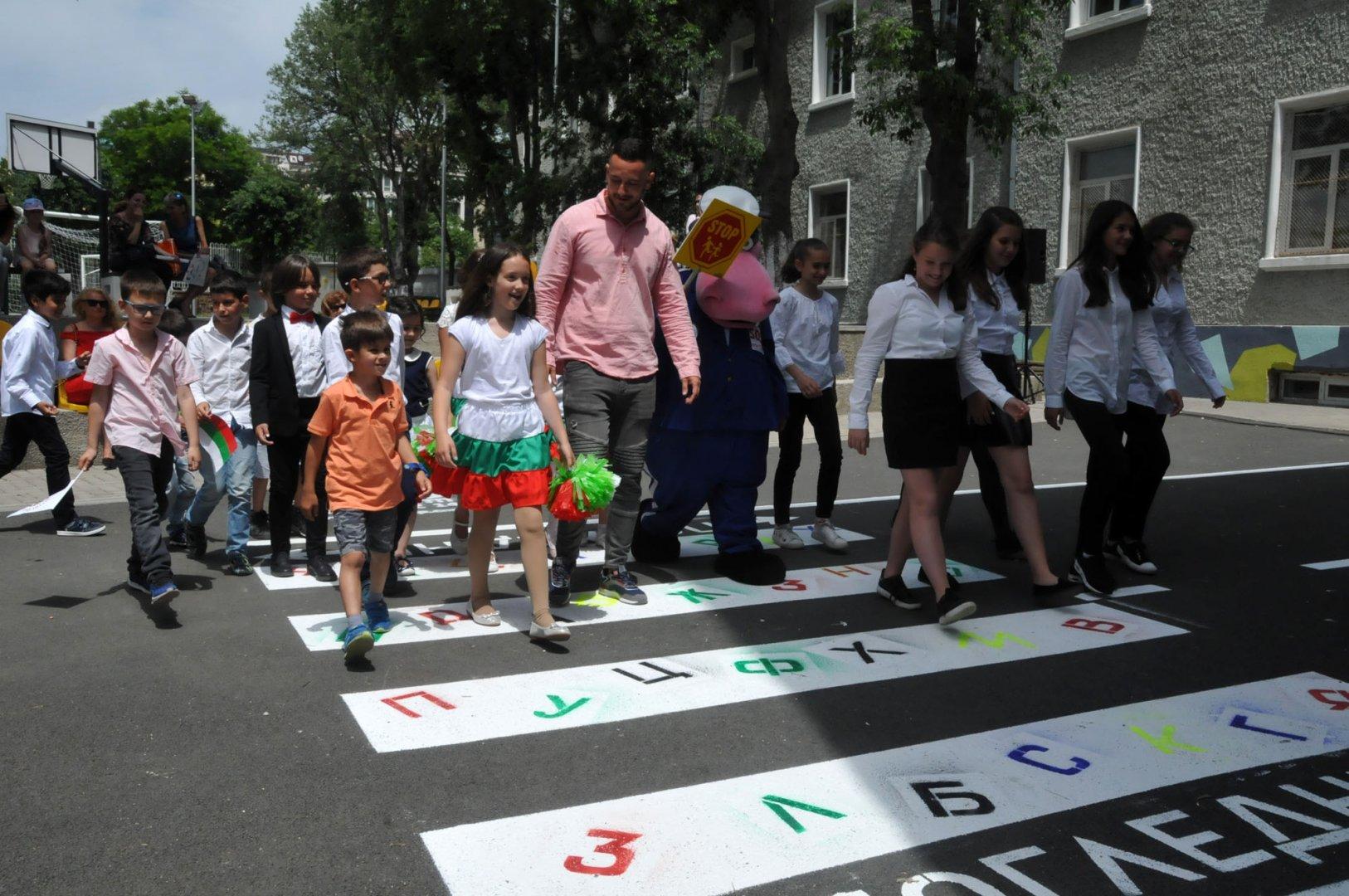 Учениците минаха по пътеката с изписаните букви от азбуката ни. Снимки Лина Главинова