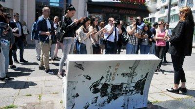 Преди 11 месеца в Бургас бяха монтирани книги с отпечатани върху тях стихове на Петя Дубарова и Христо Фотев. Снимка Архив Черноморие-бг