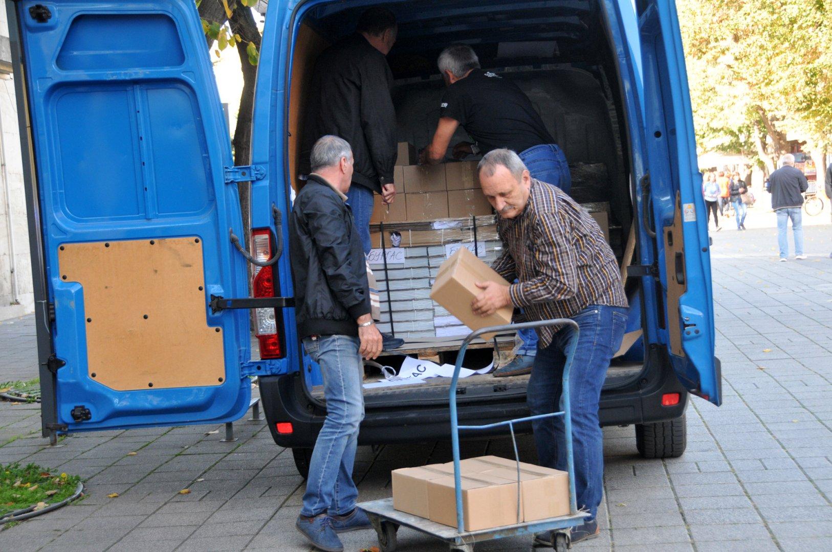 Микробусът с изборните протоколи бе охраняват от полицията. Снимки Лина Главинова