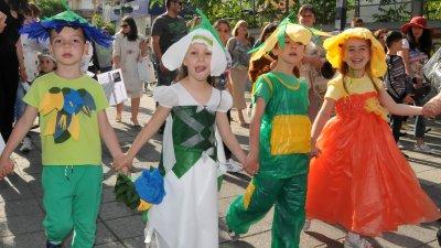 95 участника, облечени в атрактивни костюми на животни и растения преминаха по централните бургаски улици. Снимка Лина Главинова