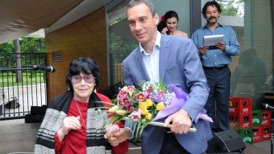 Радка Памукова - обществен и културен деятел получи приза от кмета Димитър Николов. Снимки Лина Главинова