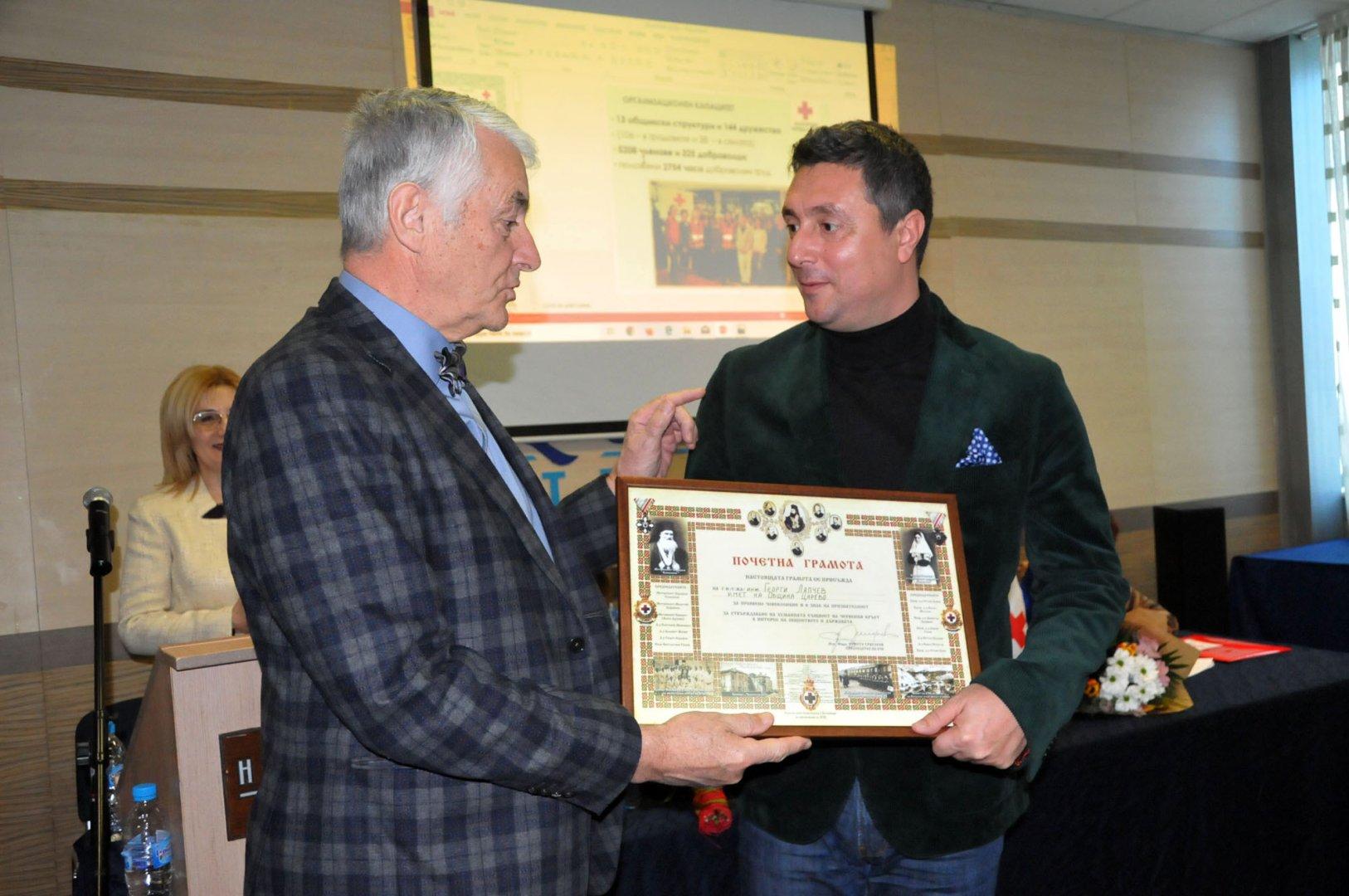 АкадемикХристо Григоров - председател на БЧК (вляво) връчи грамотата на кмета на Царево Георги Лапчев. Снимки Лина Главинова