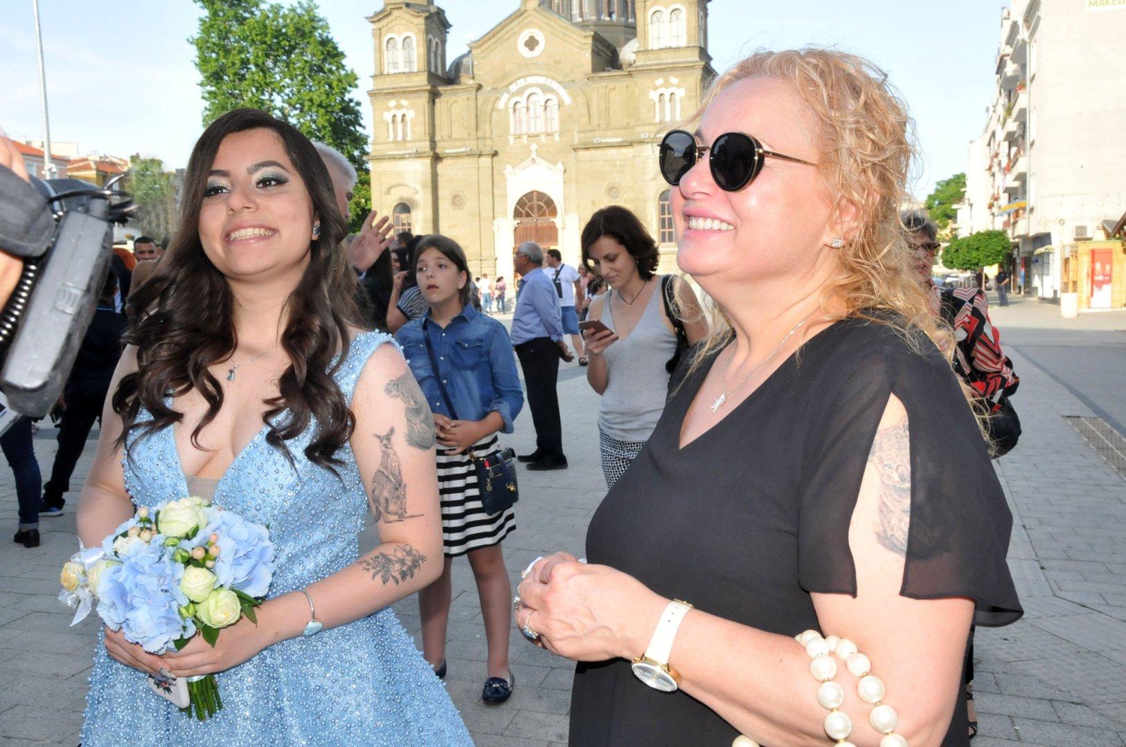 Дъщерята на Тони Димитрова - Магдалена избра да празнува със съучениците си от СУ Св. св. Кирил и Методий. Снимки Лина Главинова