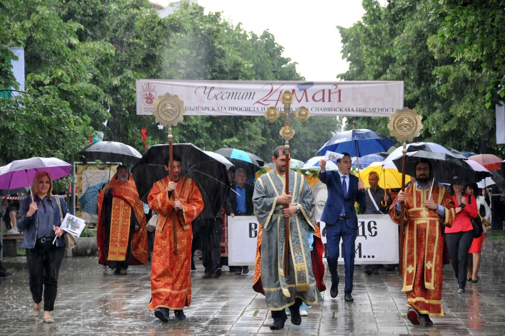 Кметът Димитър Николов заедно с бургаското духовенство поведе шествието. Снимки Лина Главинова
