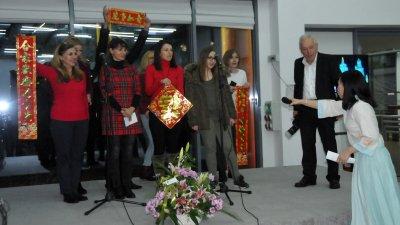 Членове на Бизнесинкубатора в Бургас изпълниха две китайски песни. Снимки Лина Главинова