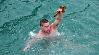 Именикът Йордан Господинов за втори път спасява Светия кръст. Снимки Лина Главинова