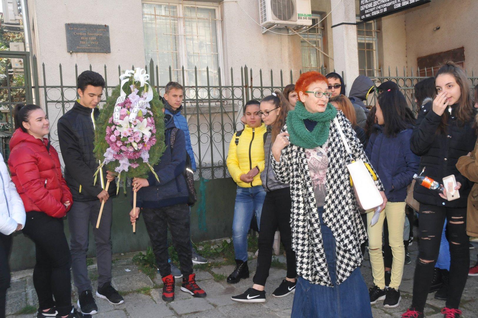 Добрина Топалова говори за бургаския символист Вен Тим. Снимки Лина Главинова