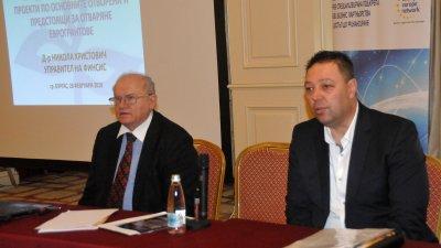 Д-р Христович /вляво/ направи презентация пред присъстващите на семинара. Снимки Лина Главинова
