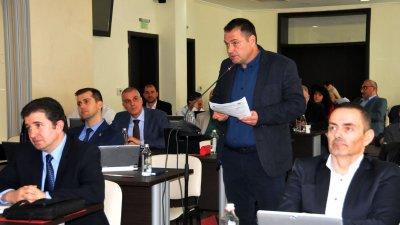 Председателят на Комисията по култура Веселин Пренеров (на преден план вдясно) защити докладната си записка. Снимки Лина Главинова
