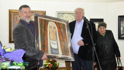 Руси Куртлаков (вдясно) дари картина на художествената галерия. Снимки Лина Главинова