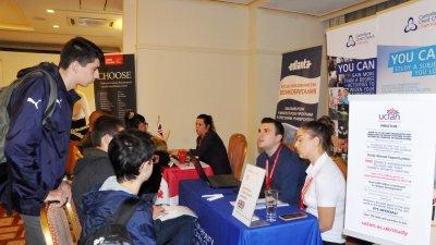 35 университета представиха на изложението в Бургас днес, организирано от консултантска агенция Едланта. Снимка Лина Главинова