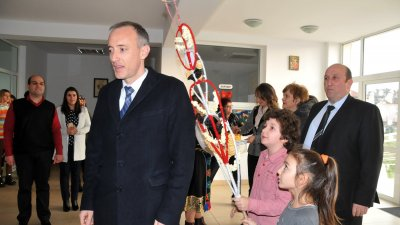 Децата спазиха традицията на Васильовден и сурвакаха министър Вълчев. Снимки Лина Главинова