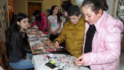 """Ръчно изработени мартеници от възпитаниците на СУ Св.Св.Кирил и Методий са изложени на благотворителния базар във фоайето на училището. Тази годинас благотворителната кауза училището се включи в националната кампания """"Мартеничка с кауза"""" по инициатива на Министерството на образованието и науката и Европейската федерация на ЮНЕСКО. Снимки Лина Главинова"""
