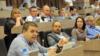Евгений Мосинов (вляво) е един от съветниците, които сложиха подписи под докладната. Снимки Архив Черноморие-Бг