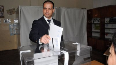 Живко Табаков гласува в 10.00 часа тази сутрин. Снимка Лина Главинова