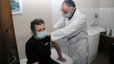 81-годишната Господинка Кръстева беше първата ваксинирана в дома. Снимки Черноморие-бг