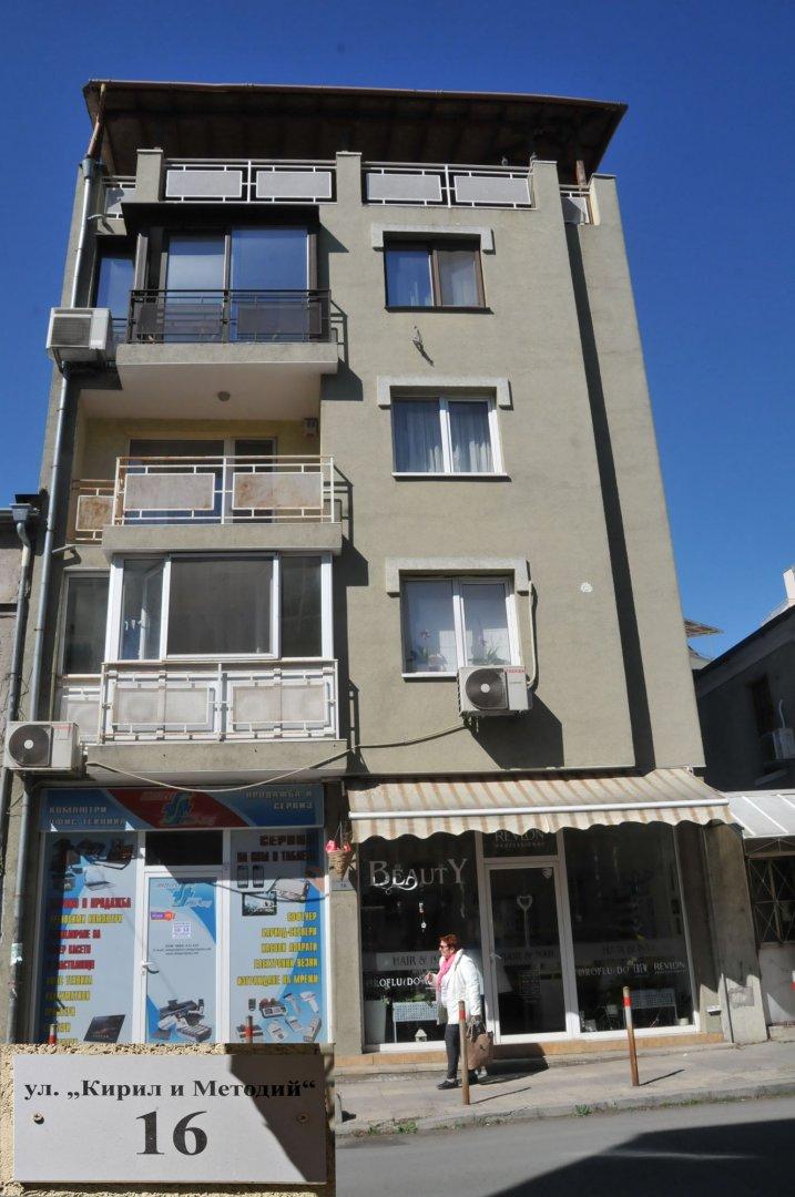 Тази кооперация се издига на мястото, където е била къщата на семейство Янакиеви. В нея на квартира е бил Димитър Димов. Снимки Лина Главинова