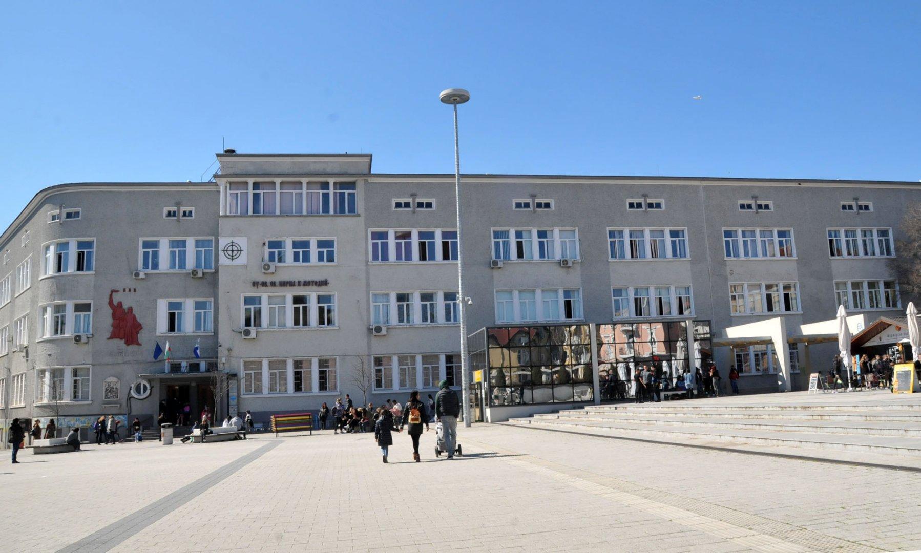 И в бургаското СУ Св. св. Кирил и Методий паралелките от пети клас ще се обучават дистанционно за две седмици. Снимка Архив Черноморие-бг