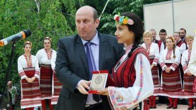 Кметът на Община Средец Иван Жабов връчи отличията на наградените. Снимки Лина Главинова