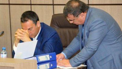 Кметът Николов (вляво) се надява, че ще предоговорят условията за наем на автобусите. Снимки Лина Главинова