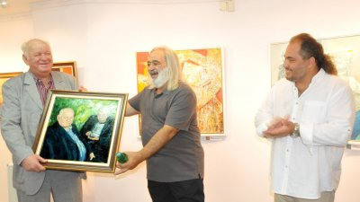 Тодор Тодоров (в средата) изненада приятно Руси Куртлаков с картина. Снимки Лина Главинова