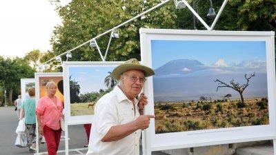 Изложбата за Кения на Стефан Диомов може да се види до 30-и септември пред Морското казино в Бургас. Снимка Лина Главинова